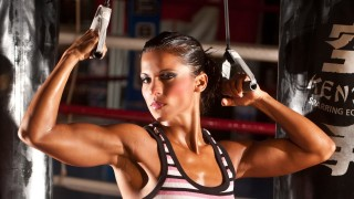 Melinda Zsiga – Fitness Model Biceps Flexing